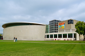 Gezicht op v Goghmuseum vanaf museumplein